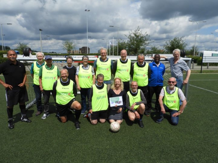 Hesjes en materialen voor Walking football bij vv Arnhemse boys